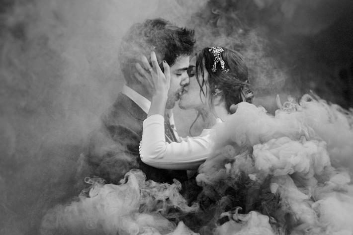 Romantic Portrait of Couple in Smoke - The 50 best wedding portraits of the decade - Monika Zaldo - Mexico