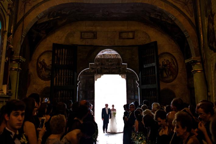 Bride and father pause at church door before entering - photo by Davina plus Daniel
