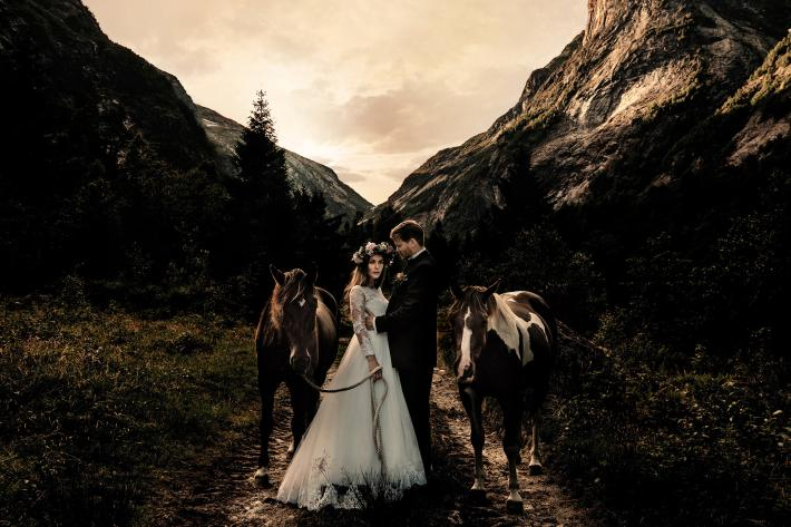 couple-against-dark-mountains-with-horses-by-froydis