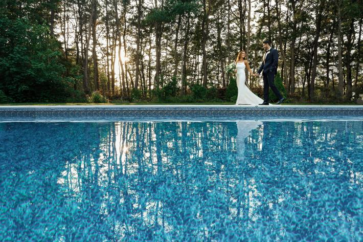 Couple walking by pool - photo by Alex Gordias Photography